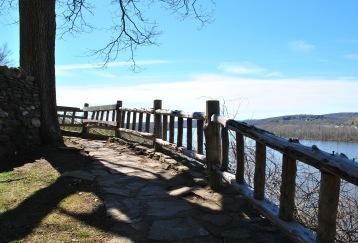 Gillette castle path above river